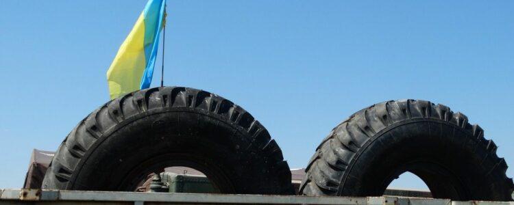 """Представники Дніпродзержинського осередку ВО """"Свобода"""" передали підрозділу запасні колеса для військової техніки"""