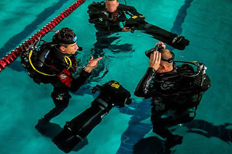 Like underwater rocket! SpecOps divers master handling speedy scooters | People's project