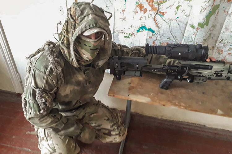 Volunteers send scope to sniper unit fighting in forefront | People's project