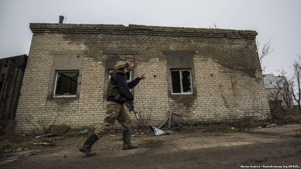 Український солдат дорогою на позиції поблизу Авдіївки
