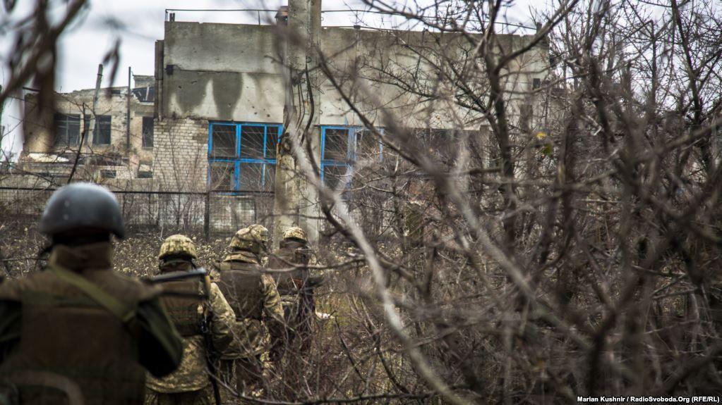 Вздовж усіх шляхів, які ведуть на військові позиції, зустрічаються ледь не вщент зруйновані будівлі колишньої автобази