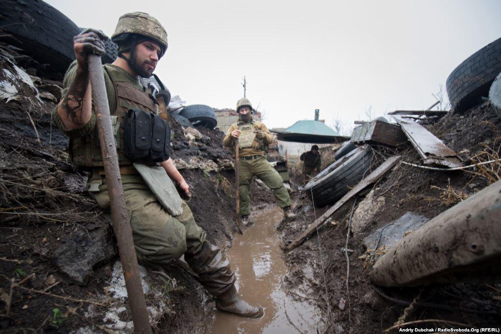 Поки ще не замерзла земля, вояки інтенсивно копають окопи та тунелі. Наразі тут – дійсно «окопна війна». Сили закопуються все глибше у землю: як і українські силовики, так і проросійські бойовики