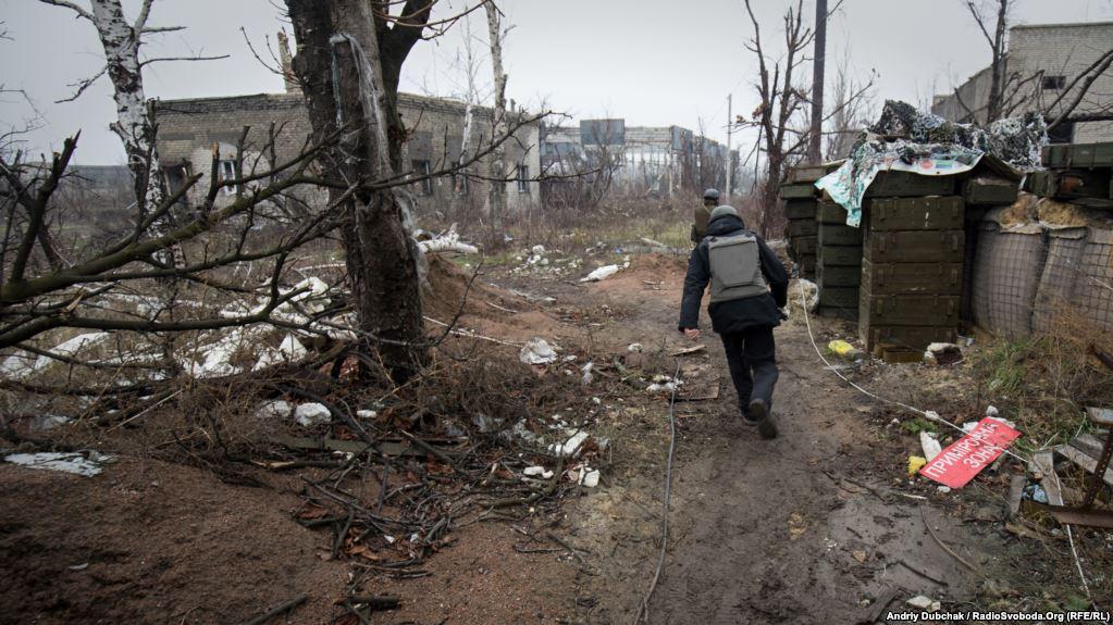 Журналісти пробираються на позиції до українських військових. Весь рух бігом, адже, як кажуть солдати, обстріл може розпочатися в будь-яку секунду