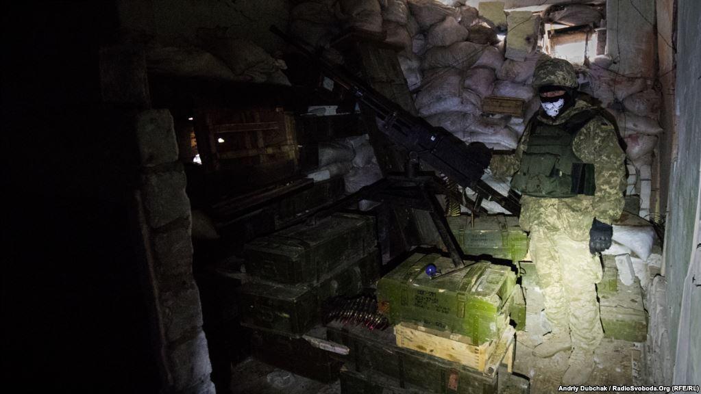Солдат біля крупнокаліберного кулемета. Відстань до супротивника з цієї позиції – менше ніж 100 метрів