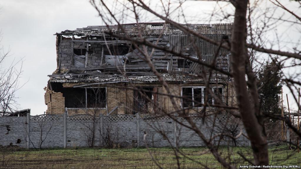 Зруйнований обстрілами будинок. Саме ця сторона будівлі розвернута у напрямку позицій бойовиків