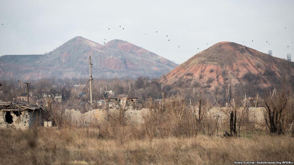 Між позиціями українських вояків та позиціями противника – «сіра зона». Тут все суцільно заміновано піхотними мінами та розтяжками. Зроблено це, аби бойові групи противника не могли швидко і непомітно наблизитися до позицій. Мінують цю територію обидві сторони