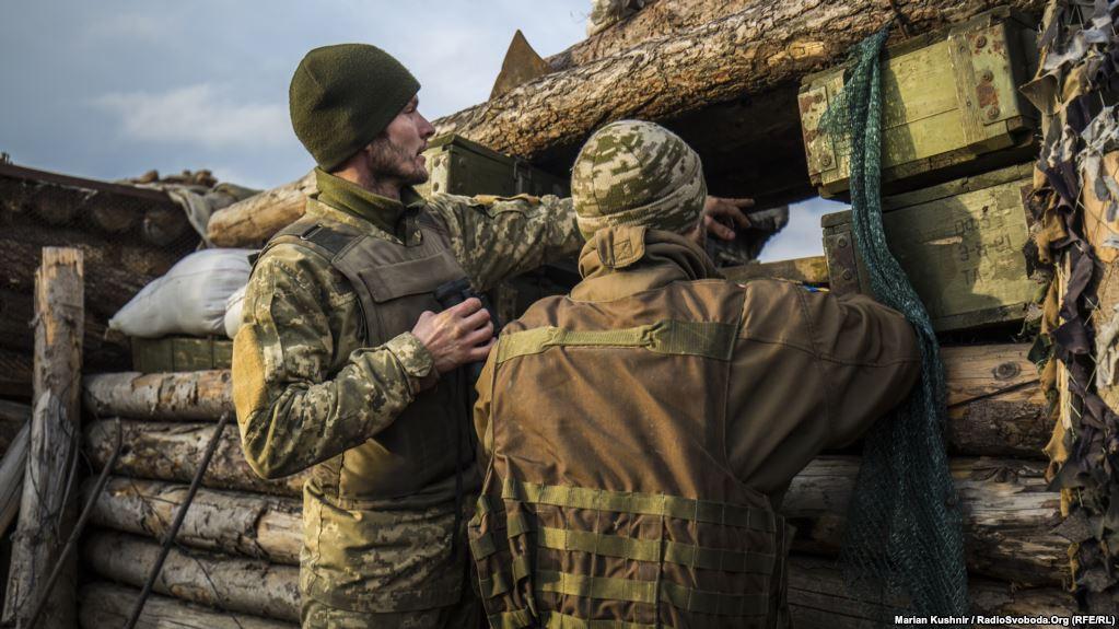 Періодично по позиціях працюють снайпери противника, тому надовго у бійниці не визирають