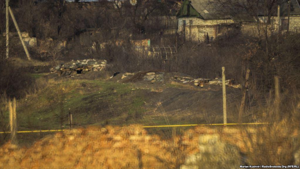 Вигляд на вкопані у землю позиції та доти проросійських бойовиків